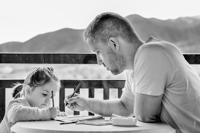 děvče a otec při malování
