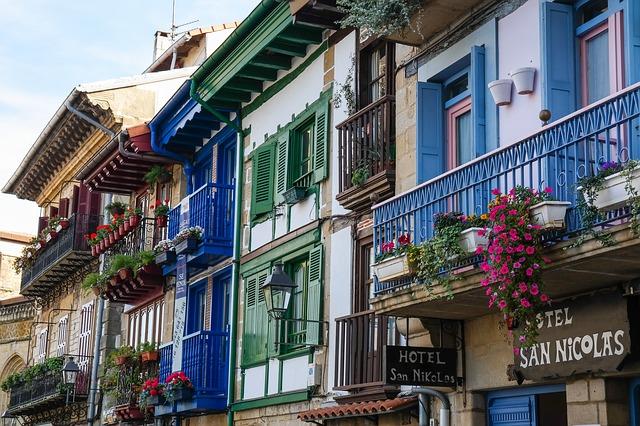 truhlíky na balkonech
