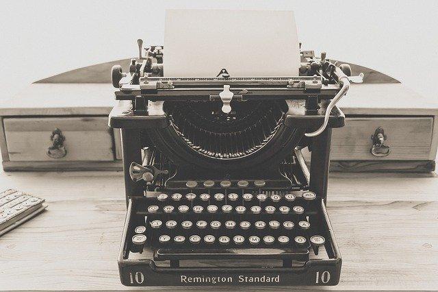 černobílý psací stroj.jpg