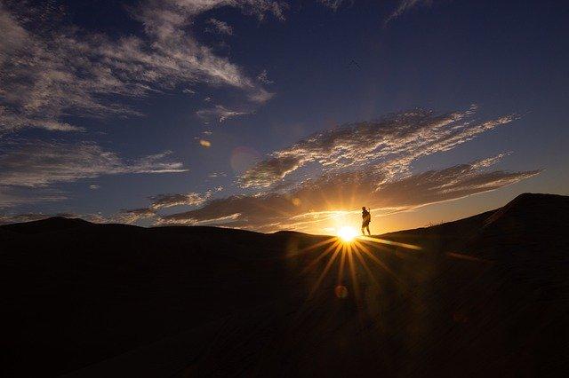 Západ slunce, turista